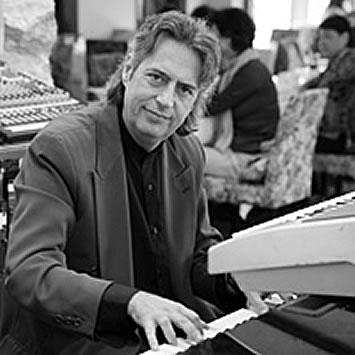 ロベルト・モルガンティ(ボーカル・ピアノ)